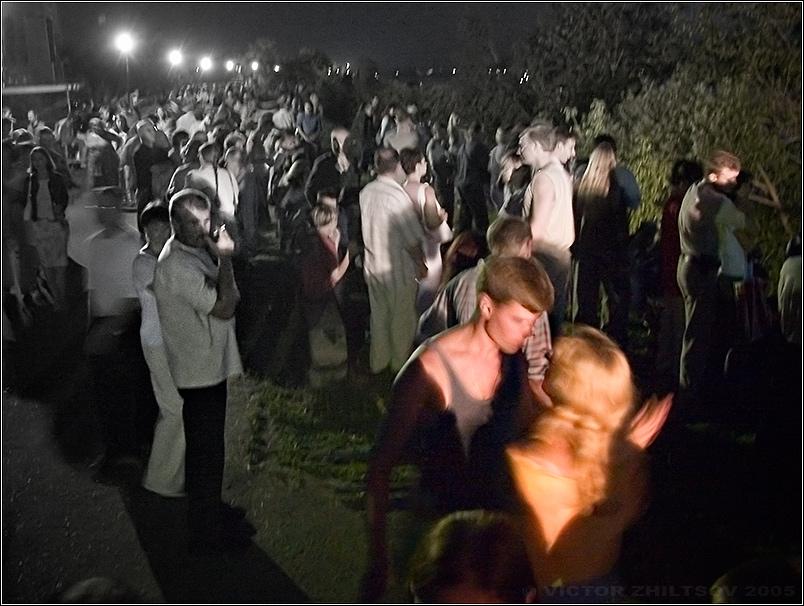 одна сосет у толпы