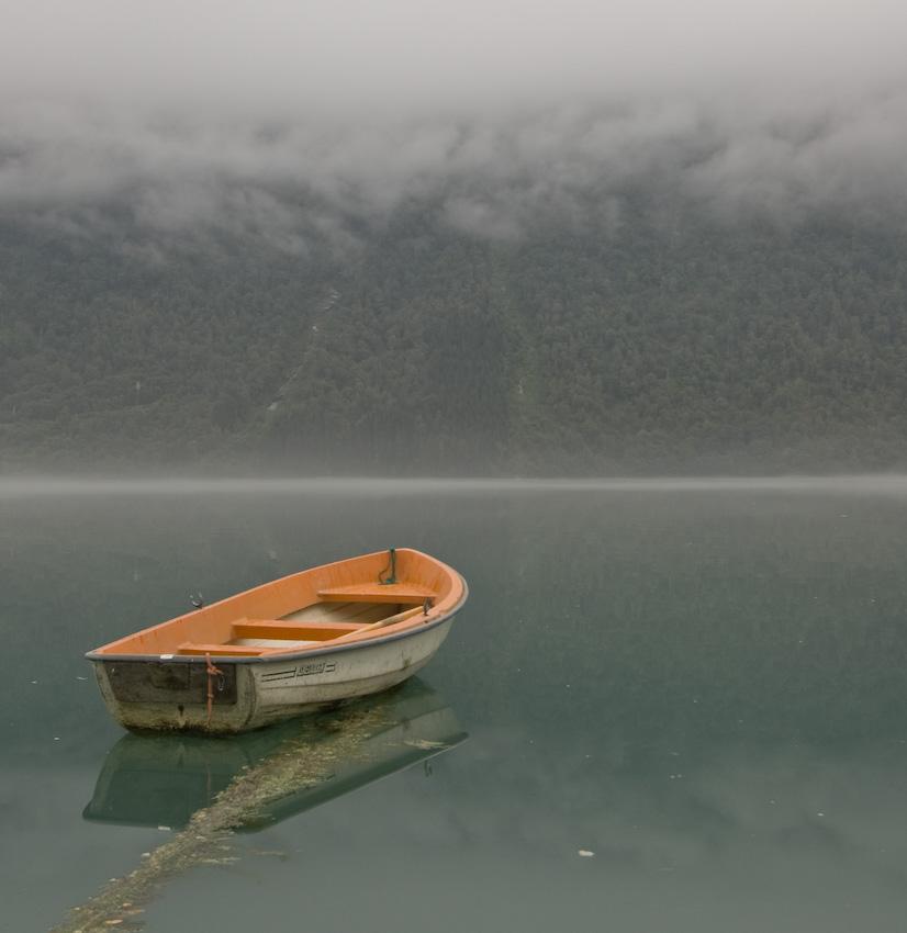 Бурные волны снятся к тревогам и беспокойству, так интерпретирует сонник лодка.