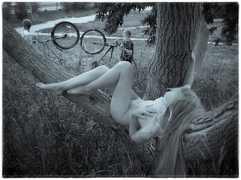 девушка у дерева эротическое фото