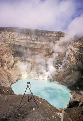 Кислотное озеро в кратере вулкана Горелый.